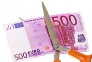 Forbici che tagliano una banconota da 500 euro