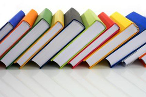 Libri su uno scaffale