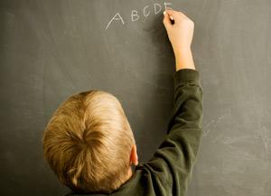 Bambino scrive sulla lavagna