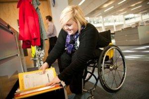 Donna con disabilità al lavoro in ufficio