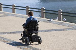 Persona disabile in carrozzina elettronica
