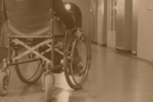 Persona in carrozzina in un istituto